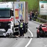 Slunj, 040416.  U Donjem Niksicu kod Slunja na drzavnoj cesti D-1 oko 12 sati dogodila se prometna nesreca u kojoj je jedna osoba smrtno stradala.   Poginuo je vozac osobnog automobila bosanskih registracijskih oznaka koji je u zavoju presao na suprotni trak i direktno se zabio u teretno vozilo daruvarskih registracija.   Do 15 sati sav promet je bio zatvoren i odvijao se naizmjence makadamskim putem.   Na fotografiji: Policija obavlja ocevid na mjestu prometne nesrece.  Foto: Robert Fajt / CROPIX